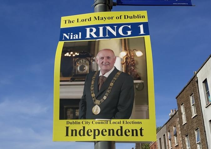 Polèmica per la cadena del batlle al seu cartell electoral